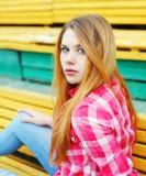 穿一件方格的桃红色衬衣的画象女孩 库存图片