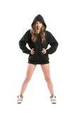 穿一黑有冠乌鸦的凉快的年轻女性模型 图库摄影