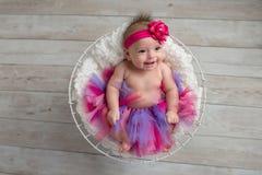 穿一件桃红色和紫色芭蕾舞短裙的女婴 免版税库存照片