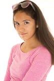 穿一件桃红色女衬衫的一张垂直的画象的逗人喜爱的拉丁美州的女孩 库存图片