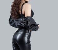 穿一件皮革礼服的美好的女性模型 免版税库存照片