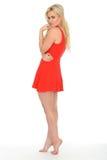 穿一件短的红色套衫连超短裙的可爱的逗人喜爱的性感的年轻白肤金发的妇女 免版税库存照片