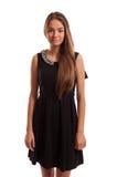 穿一件黑礼服的美丽的女孩。 免版税库存照片