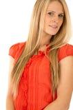 穿一件红色女衬衫的有吸引力的白肤金发的女性模型 免版税库存图片