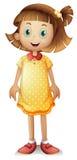 穿一件黄色短上衣礼服的一个逗人喜爱的女孩 免版税库存照片