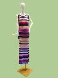 穿一件被编织的礼服的母时装模特 免版税库存照片