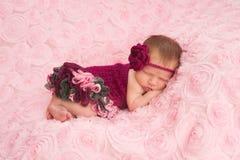 穿一件钩针编织的连裤外衣的新出生的女婴 图库摄影