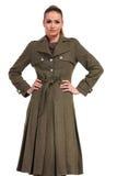 穿一件长的典雅的外套的年轻企业woma 免版税库存照片
