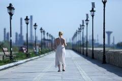穿一件长的夏天礼服的妇女 库存照片