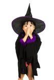 穿万圣夜服装的亚裔矮小的中国女孩 库存照片