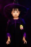 穿万圣夜服装的亚裔矮小的中国女孩 免版税库存照片