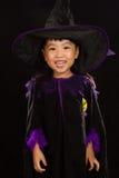 穿万圣夜服装的亚裔矮小的中国女孩 免版税库存图片