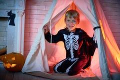 穿万圣夜服装的愉快的小男孩 免版税库存照片
