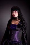穿万圣夜服装的美丽的哥特式女孩画象  免版税图库摄影