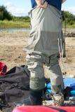 穿上一个对趟水者的渔夫 免版税图库摄影