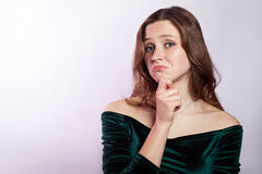 穿上我知道t 不快乐的体贴的妇女画象有雀斑和经典绿色礼服的 免版税图库摄影
