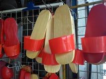 穿上鞋子传统木 库存照片