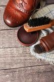 穿上鞋子关心、波兰奶油、布料和刷子 库存照片