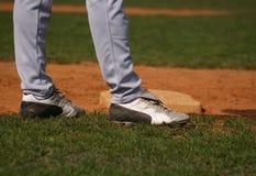 穿上鞋子垒球 库存图片