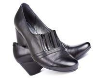 穿上鞋子妇女的 免版税库存图片