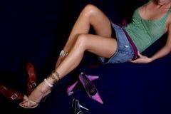 穿上鞋子妇女 免版税库存图片