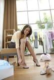 穿上鞋子尝试的妇女 免版税库存照片