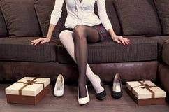 穿上鞋子尝试的妇女 免版税库存图片