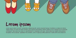穿上鞋子有孩子的家庭父母 免版税库存图片