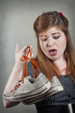 穿上鞋子有臭味 库存图片