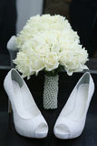 穿上鞋子白玫瑰珍珠支持花束  免版税库存照片