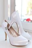 穿上鞋子白色 库存图片