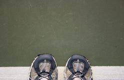 穿上鞋子网球 免版税图库摄影