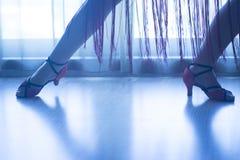 穿上鞋子脚腿女性舞厅舞老师舞蹈家 库存照片