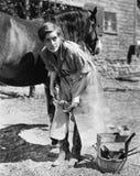 穿上鞋子马的妇女 免版税库存图片