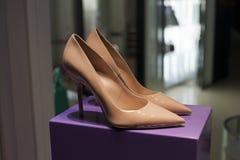 穿上鞋子高雅时尚 免版税库存图片
