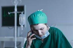 穿不育的制服的女性医生 库存图片