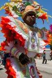 穿五颜六色的服装的人在庆祝加勒比文化的游行走 图库摄影