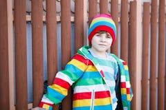 穿五颜六色的衣裳的可爱的小孩男孩室外时尚画象  库存图片