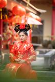 穿传统中国新娘礼服的亚裔美丽的年轻女人 库存照片