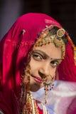 穿传统Rajasthani礼服的印地安女孩参加沙漠节日在Jaisalmer,拉贾斯坦,印度 免版税库存照片