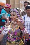 穿传统Rajasthani礼服的印地安女孩参加沙漠节日在Jaisalmer,拉贾斯坦,印度 库存照片