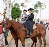 穿传统安达卢西亚的制服的两亚马逊在塞维利亚4月的市场  库存照片