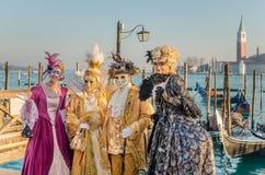 穿传统服装的人们在威尼斯狂欢节  免版税库存照片