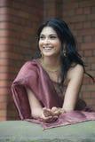 穿传统礼服的美丽的年轻印地安妇女 库存图片