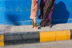 穿传统礼服,格什姆岛的未被认出的Bandari妇女 库存照片