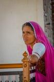 穿传统莎丽服的年长Rajasthani妇女 库存照片