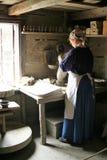 穿传统衣裳的妇女在工艺品博物馆在图尔库,芬兰 免版税图库摄影