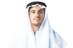 穿传统阿拉伯衣物的年轻人 免版税库存照片