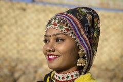 穿传统Rajasthani礼服的印地安女孩参加沙漠节日在Jaisalmer,拉贾斯坦,印度 免版税图库摄影