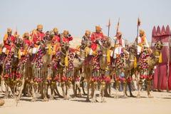 穿传统Rajasthani礼服的骆驼和印地安人参加先生 作为沙漠节日一部分的沙漠比赛在Jaisalm 免版税库存图片